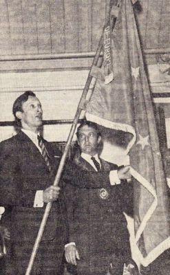 Monsieur Valleix übergibt Mr. Ison die Fahne.