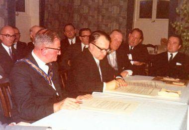 Der Bürgermeister von Swaffham, Mr. Perkins, und Bürgermeister Helmut Grube -MdL- in Warstade, anlässlich der Unterzeichnung der Verschwisterungsurkunde.