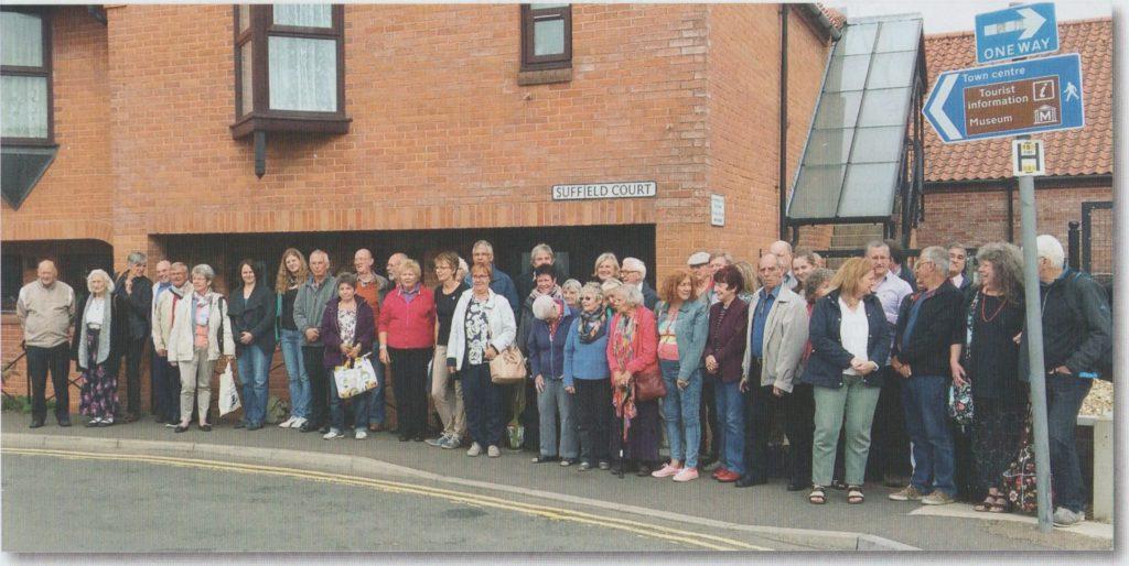 Das Bild zeigt die Hemmoorer Reisegruppe mit ihren Gastgebern bei der Abreise in Swaffham. Bild: Vollmers